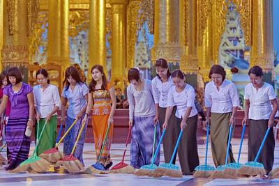 La pagode de shwedagon de Rangoon est la plus sacrée de Birmanie. C'est aussi la plus vaste, elle doit briller de pureté à tous moments. Pour cela, une spectaculaire organisation est mise en place ; coup de sifflet : les travailleurs au sourire se mettent en marche...