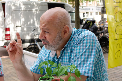Nederland, Amsterdam, leerlingen van de J M Coenenschool  interviewen Ali Mohamed over hoe hij  vanuit Egypte naar Nederland kwam, foto: Katrien Mulder, 21 juni 2017