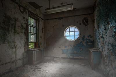 Room with round window