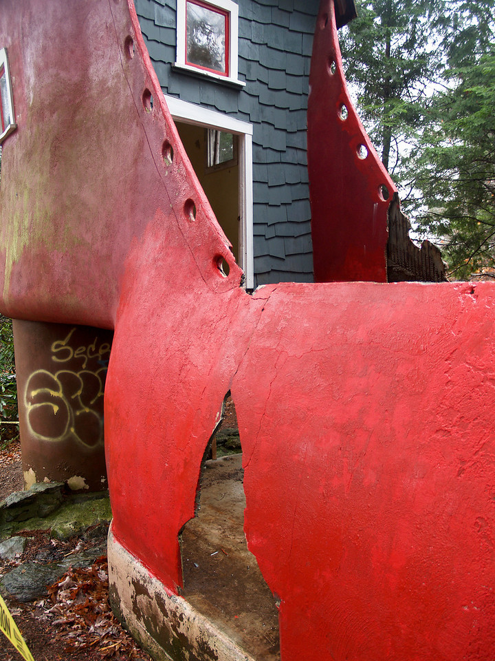Big Red Shoe has big huge crack.