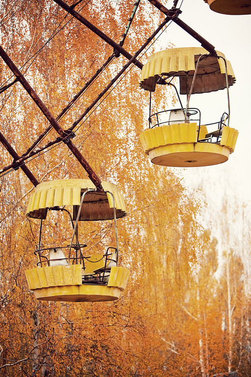 The famous ferris wheel mimics the autumn foliage.