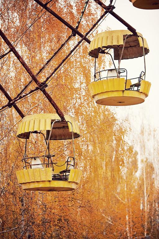The famous ferris wheel mimics the autumn foliage.