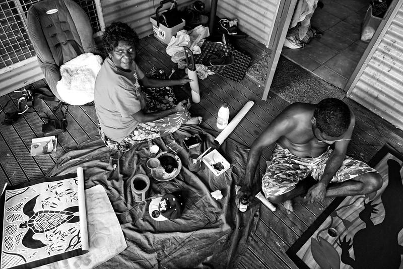 L'artiste Djarrami Yunupingu (à gauche) et son gendre Gerrard Bush en train de peindre à Gunyangara. Terre d'Arnhem/Territoire du Nord/Australie