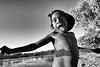 Enfant de la communauté de Ngukurr au bord du Yellow Water Billabong. Terre d'Arnhem/Territoire du Nord/Australie