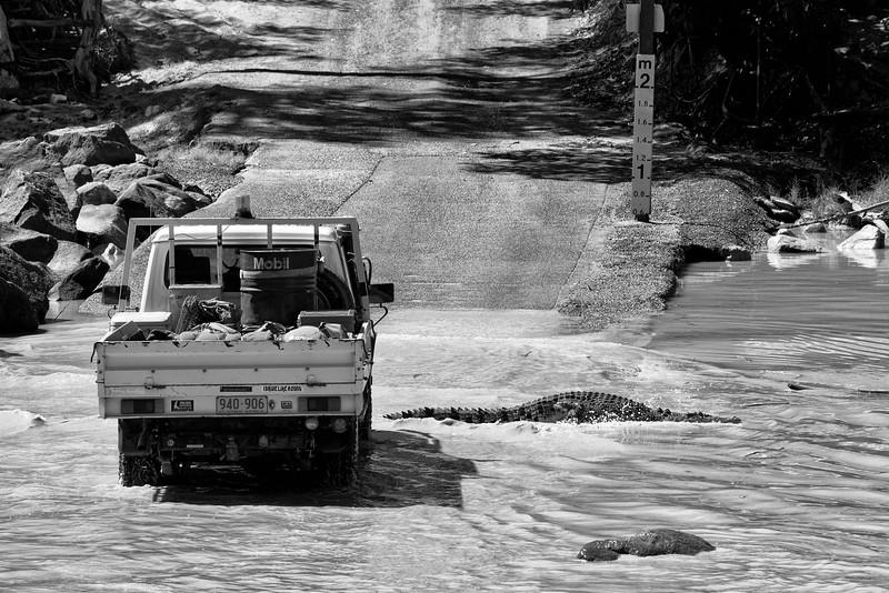 Véhicule 4X4 franchissant le gué de Cahill's Crossing sur la East Alligator River (limite entre le parc national de Kakadu et la communauté aborigène de Gunbalanya en terre d'Arnhem). Territoire du Nord/Australie
