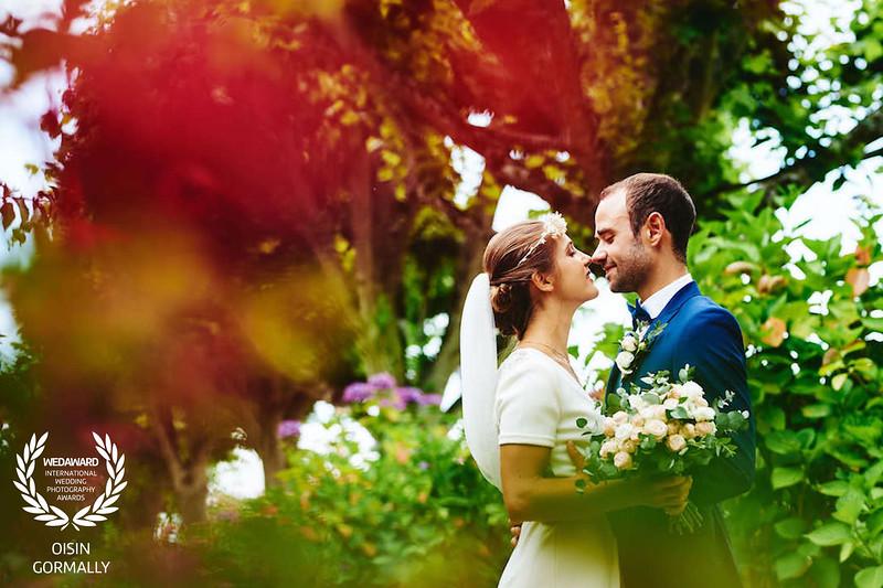 Le marié et la mariée fleure rouge