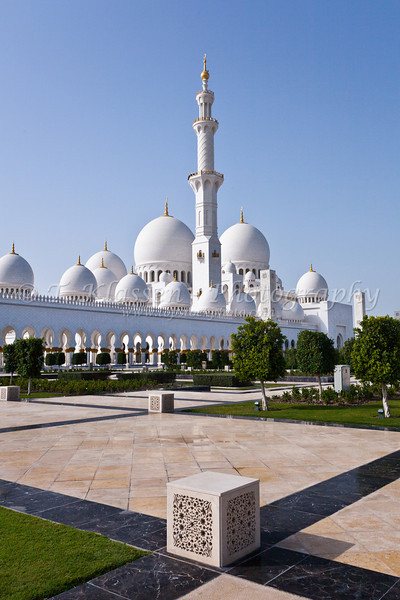 Exterior domes, arches and minaretts of the the Sheikh Zayed Grand Mosque in Abu Dhabi, UAE.