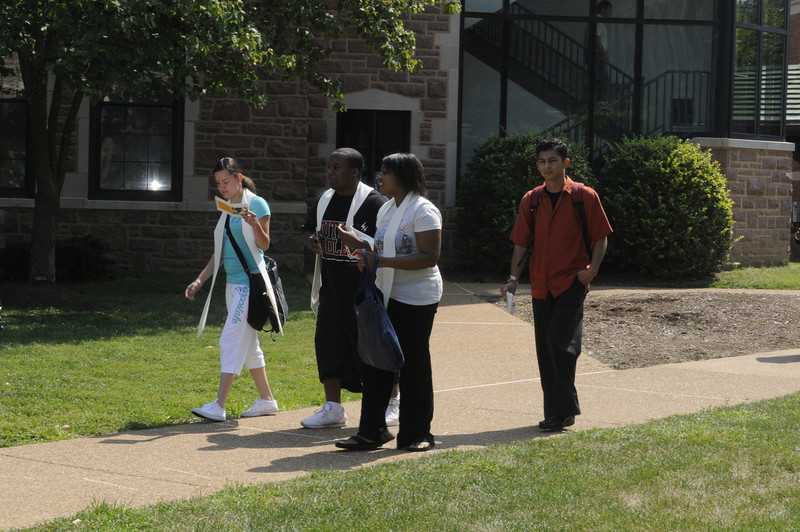 Students walk to the post-Convocation barbeque sponsored by the Alumni Association.