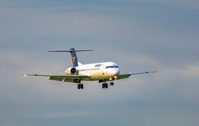 Alliance Airlines Fokker F100 VH-XWS landing at Rockhampton Airport 17-01-19.