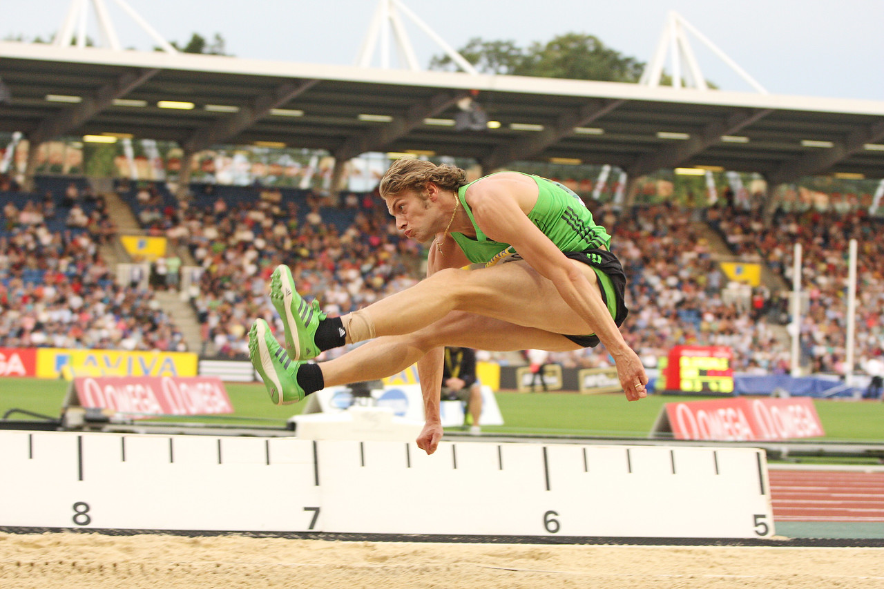 Chris Tomlinson jumping 8.30 meters