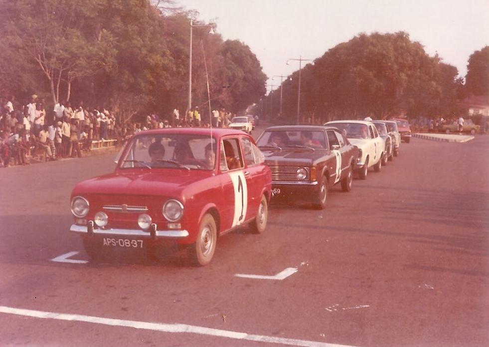 Dundo - Carros alinhados em frente ao museu