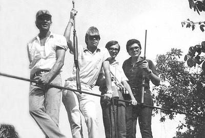 Na Ponte Nãomelembraonde, no Dundo, Luís Fraga, Pardal, O Belo Nuno e Carlos Caldas. Data aproximada, 1971