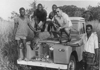 Carvalho e ajudantes com leopardo