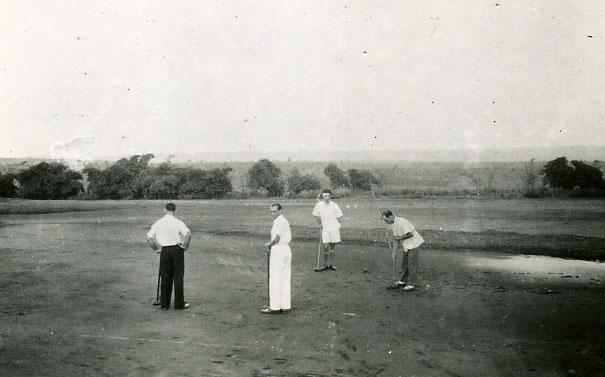 Croquet em frente a' K 18 Eugénio Lázaro ao centro de calça branca