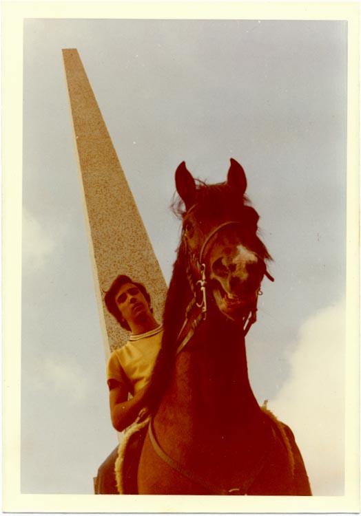 Victor Valente a cavalo no Obelisco do Dundo    O Azal e o Inge eram os meus cavalos preferidos, passei muitas horas na cavalariça com eles...  a história de eu ir parar ao hospital passou-se ao princípio (meados da década de 60) com uns animais (parece-me que havia 2) que não eram cavalos nem garranos, antes pelo contrário (provávelmente fruto de trancadas furtivas cavalo/garrana quando o Bonito não estava a ver...). Uma destas bestas deu uma pirueta tal que eu caí entre as patas traseiras do bicho e como ele continuou a escoicear esfolou-me as costelas.. Victor Valente