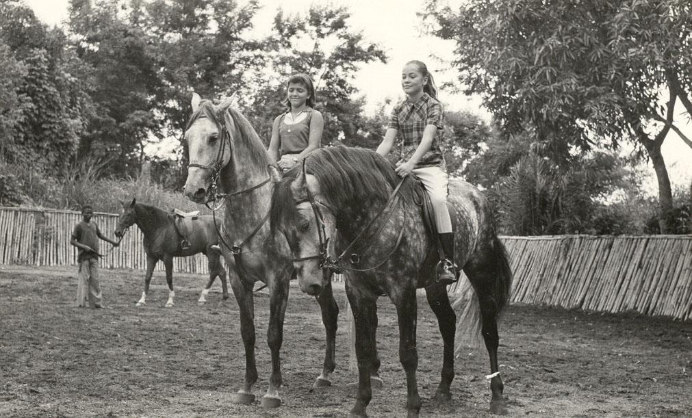 Guida Rêgo, e Tininha Santos no  Rolo,  Ao fundo está o Caprichoso, que era um cavalo castanho e com as patas brancas.