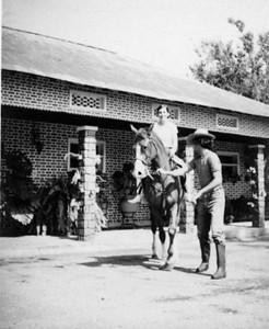 1972 - Zélinha e Vitó em frente à entrada principal dos estábulos.  No meu tempo o Riley era o soba da cavalariça... deu uma dentada à Zélinha para a tirar doutro cavalo (o Azedo), por ciúmes.Victor Valente