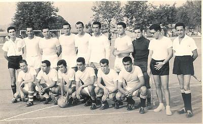 Campo Camaquenzo Em pe': Santos Sousa,  Arlindo Matos,...............???,  Julio Caetano.  De cocoras: ---?, Soares,---?, Camilo Costa (4º a contar da esq.)...........????