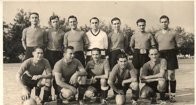 1950 encontro de futebol Dundo-Zona Leste; vencedor Dundo 1-0  1º à Esq em pé : Calado, Dyson, ? , Sotta, ? , ? , Jesuíno Alho, em baixo 1º Ivo Silva, Rosendo, Colares, Laranjo,