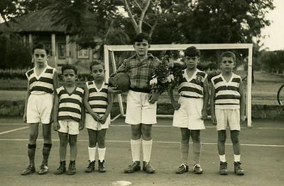 """Zé Luis Feronha , Toni Dinis """"Samokinda"""", Ze' To' Américo Santos,  guarda-redes é o Carlos Poeira, (que viria a perder um braço, numa queda de um baloiço) ao lado, o único com o emblema do Sporting e' o Renato Santos (o BÉNÁ  do Chitato)...?"""
