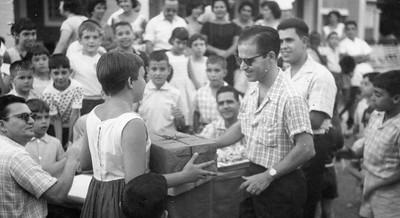 Olha o Rebelo, atrás do Alberto Costa! Atrás da Vanda Rosendo ( a receber o premio) o Lopes, ? , Carlos Salgueiro e filho do Eng. Matos, Fifas, Zé Pina, à frente dele o Bilocas, ao lado o Nelson Teixeira, à frente o Júlio Lima!