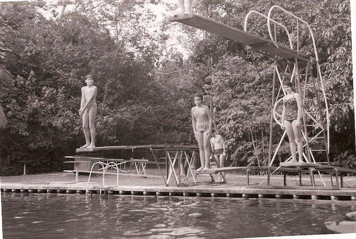 Férias no Dundo, 1963. Piscina do Dundo  - Mussungue  Mario José Martínez Almeida Santos, Nucha Barata, e Gininha Almeida Santos