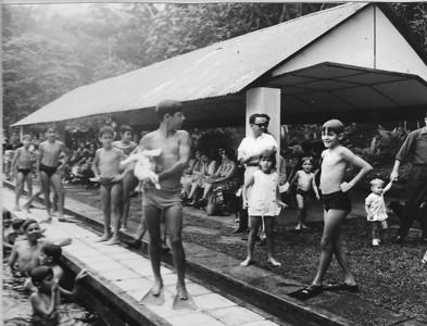Gincana na piscina do Dundo Luis Coelho, filhos do Patrao, Virgilio com o pato, um dos gemeos Mendes ....