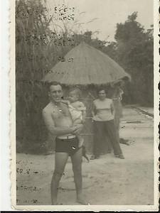 Piscina do Lovua - 1954 enf. Lourenco com a filha Vanda ao colo e Ivone Coelho