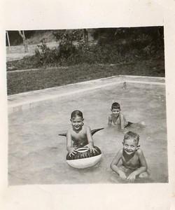 Dundo, Piscina Dundo 1956, Vanda Rosendo com a boia, à frente o Quim Albuquerque Matos e atrás o Carlos Misseno Grilo filho do Misseno Grilo