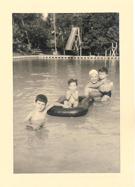 Dundo 1954 - Familia Aragao e Brito Luís a' frente, Luisa na boia e ao colo da Mãe o Ricardo