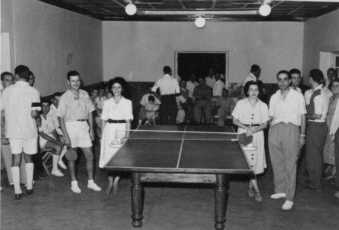 Andrada  à esquerda: Santos Sousa,Pinho Barros , Mila Reis,  à direita: o casal Pinhão (cirurgião que foi substituído no Dundo pelo Santos David) Monteiro?.
