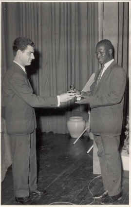 Taça Comandante Lemos Peixoto Santos Sousa entrega taça a Lino Vicente vencedor de Damas