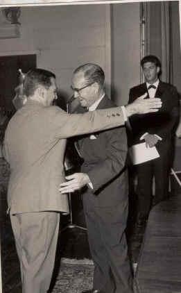 Taça Comandante Lemos Peixoto Bermudez ( empregado mais antigo) entrega taça a Laranjo ( capitão da equipa Dundo), Simons