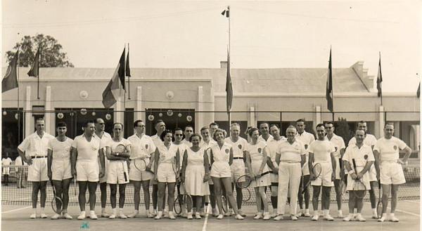 1954 - Tshikapa Torneio de ténis realizado em Tshikapa (ex Congo Belga) entre a Forminiére e a Diamang Rosendo, sra. do Dequeeker, Sotta, Humberto Sousa, Lena Rego, Madame Dequeeker,   2º da esq é o Xico Paulo, 2º da fila de trás do lado dto da foto, é o Calisto `...ao lado esq do Dequeeker é o Pedroso Neves