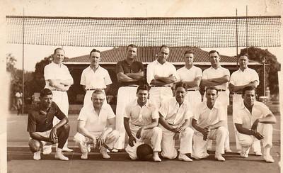 Dundo - Campeonato 1943;  Rosendo é o último da direita, de cócoras O 3º da esq. em pé é o Calisto, o 2º de cócoras é o Dequeeker, e o 4º de cócoras a contar da esq, é o Dr. Ramos , e o 1º da esq. de cócoras não será o Samokinda?