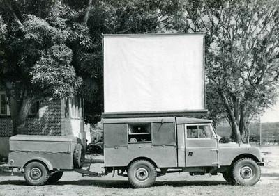 Cinema ao ar livre 1963 O Cinema ambulante que percorria os diversos lupangos