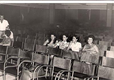"""Ensaio Geral da peça teatral """"O Doido"""" 25-06-71 Dundo  Linda Madureira, Augusta Madureira, Elisa Pereira Santos e Lurdes Carreira.  à esquerda o Ávila, o Carreira  e...."""