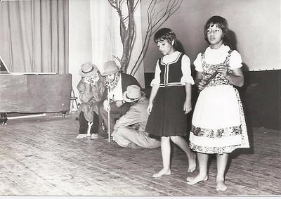 Auto dos 4 Meninos 1971  Zezinha Gameiro e Nani Pereira vovós -Zé Gameiro, Manuel Pereira e sentado no chão está o Joaquim Costa