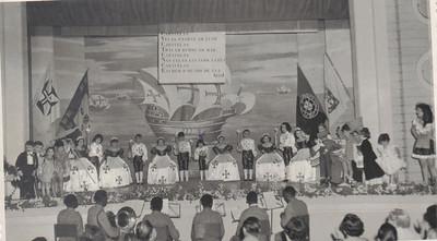 Festa lusitana Dundo em 1953, ensaiado pela Maria Helena Noronha Feyo Gininha Almeida Santos  lado direito vestida de branco