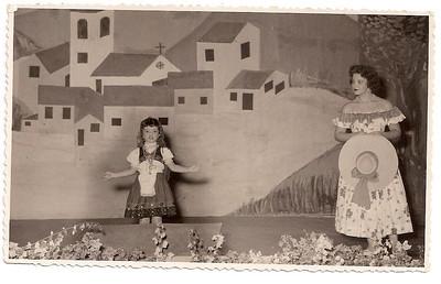 Dundo em 1953, ensaiado pela Maria Helena Noronha Feyo.  Este era o quadro onde Gininha Almeida Santos fazia o papel de Maria das Festas..