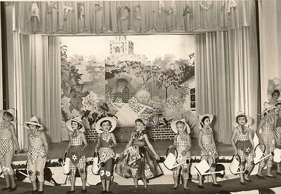 Teato Infantil, Dundo, Junho, 1959, Artes de Magia Quadro das Jardineiras 1- Evelyse Moniz, 2- Wanda Rosendo 3-Lisa Teixeira , 4- Luisa Loureiro, 5- Ana Bela Mendes, 6- Gisela Moniz, 7- Ana Maria Moura Pires, 8- Isaura Salgueiro, 9- Ni Rocha, 10- Leonor Moura, 11- Cidalia Goncalves, 12- Leonor Viriato