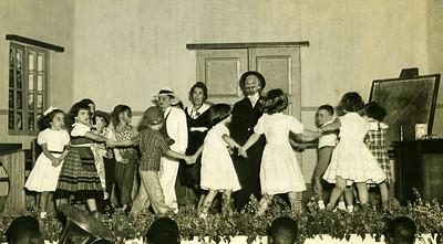 Infância em Flor - 1952  Málita Souto à esquerda , a Linita Laranjo ao fundo de chapéu,  Zé Luís Feronha( preto).