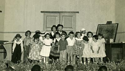 Infância em Flor - 1952 Linita Laranjo;José Luís Feronha;Málita Souto(de branco);Aidinha;Raquel Conde;Guida Rêgo;Jorge;Jaime Silva;Tininha;Tóju Lázaro(médico);Sara Sernadas(de costas);(?);Fernanda Costa;Evelise Moniz. Linita Laranjo;José Luís Feronha;Málita Souto(de branco);Aidinha;Raquel Conde;Guida Rêgo;Jorge;Jaime Silva;Tininha;Tóju Lázaro(médico);Sara Sernadas(de costas);(?);Fernanda Costa;Evelise Moniz.