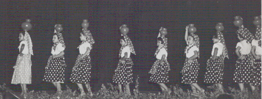 Infância em Flor - 1952 Cantarinhas  Intitulava-se Cantarinhas e todas elas levavam à cabeça o seu cântaro de barro. A chefe-do-quadro era a Neo (Maria Manuela) Tavares Paulo, filha do Director Geral da época.