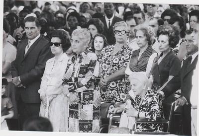Missa campal Dundo 1973 Dr. Santos David, Maria João Santos David; ?; Luisa Rebelo da Silva,  mãe da Graça Rebelo da Silva,   Mendonça e a Maria Amélia, Bemvinda Ferreira e à frente dela, meio tapado, o Dr. Rebelo da Silva e esposa Maria da Graça. Dr. Rebelo vê-se o Engº Faria e por trás a cabeça do Madureira