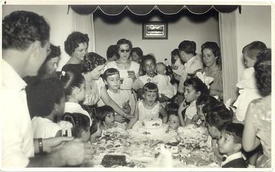 Os 5 anos da Nany Tavares - Andrada 1958 Taciana Fontinhas, Teresa Fontinhas ( de costas c/rabo de cavalo), Aurora  Tavares ; Teresa Adalberto, pai Tavares, Zelinha, Nani Tavares a assoprar as velas;   as 3 manas  Humberto Sousa:Olga, Betty e Irmã + nova (não me lembro nome)  a  mãe Humberto Sousa atrás delas (nome???), Valdoleiros ( mais novo)