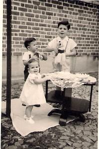 Dia do 1º Aniversário  da Luisa Aragão Brito  - 5 de Abril de 1954 com os manos Ricardo e Luis