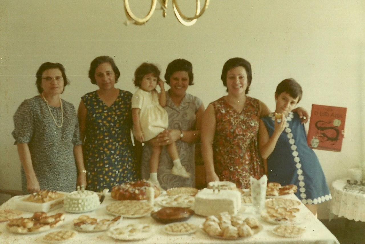 esposa de José Costa, seguida da esposa do Sr. Cerejeira, esposa de José Antunes e filha e por último Maria Eduarda Saldanha (esposa de Joaquim Saldanha) e filha Berta Paula Saldanha;