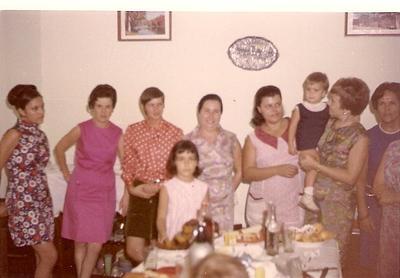 Lisa Pereira Santos, ?, Melita e mae Celina Correia de Oliveira, Lurdes Carreira, sra do Firmino com filha Paula e Herminia Pereira Santos