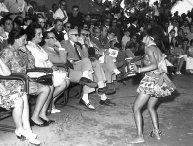 """Festa grande. Cateco. Dança das """"virgens"""". Ao centro o Engenheiro Gusmão"""